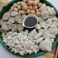 Makan Pempek Palembang Nikmatnya Pake Cuka